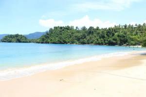 pasir putih lautan piru yang menggoda